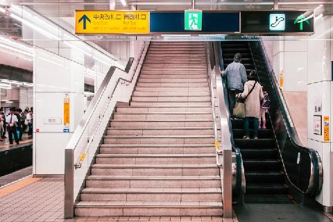 【大悪習】エスカレーター歩行に反響 止まると舌打ち、小突かれることも…「階段より早い」と反論も ★4