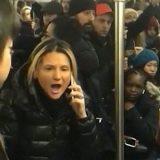 【NY】アジア系女性を罵倒し傘で殴った白人女逮捕、目撃者が暴行現場を撮影