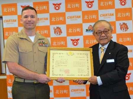 【お手柄】「妻を助けて」300メートル沖で溺れる女性 海に飛び込んだ米海兵隊少佐、救助まで付き添う 感謝状贈呈/沖縄・ニライ消防